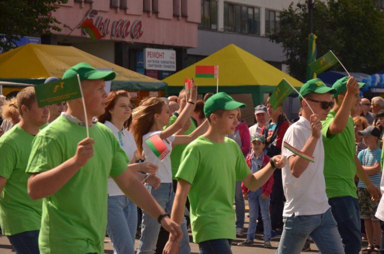 Торжественном шествие